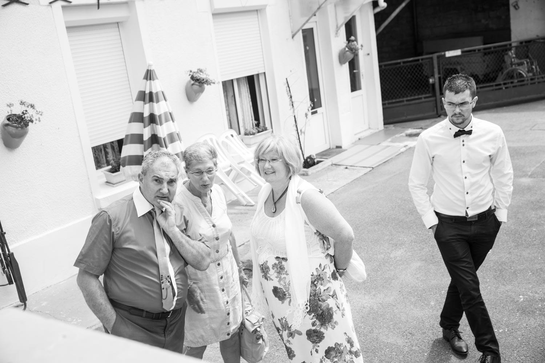 famille vient chercher la mariée