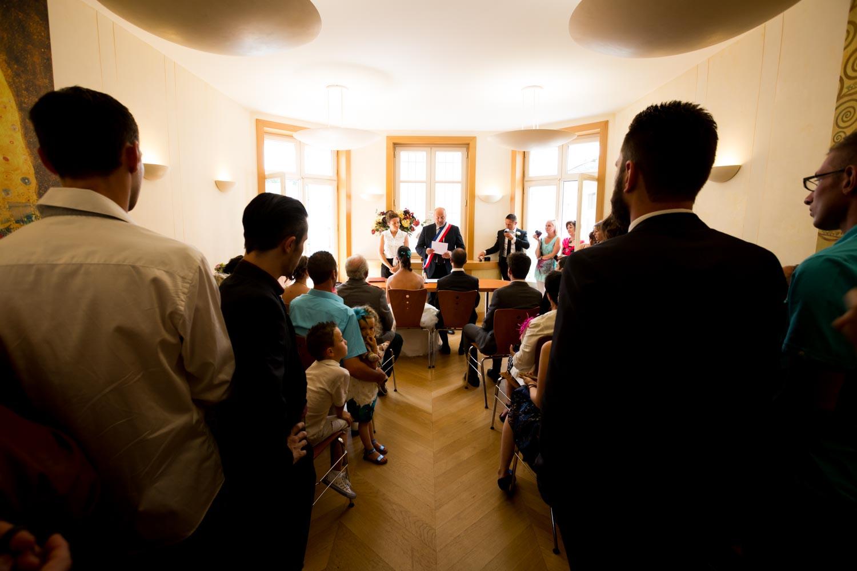 les invités assistent à la cérémonie