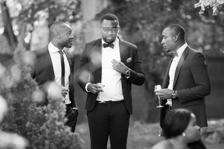 hommes en costume de mariage